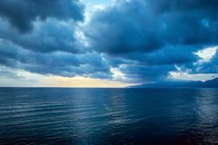 Bewolkte grijze wolk op de sombere hemel vóór een onweersbui Stock Afbeeldingen