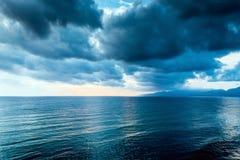 Bewolkte grijze wolk op de sombere hemel vóór een onweersbui Stock Foto