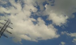 Bewolkte hemel bij het blauw Royalty-vrije Stock Afbeeldingen