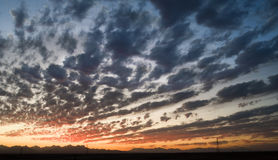 Bewolkte hemel bij schemer Stock Afbeelding