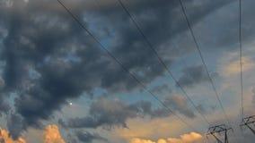 Bewolkte hemel bij schemer kleurrijke achtergrond Cloudscape tijdens zonsondergangtijd 4K HD-video stock videobeelden