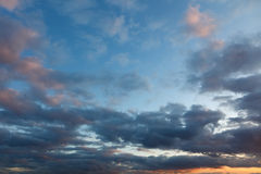 Bewolkte hemel bij zonsondergang Royalty-vrije Stock Foto's