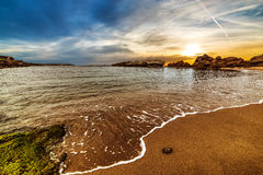 Bewolkte hemel bij zonsondergang in Sardinige stock afbeelding