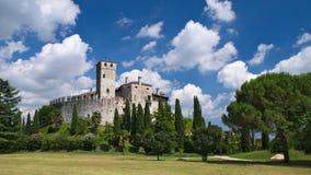 Bewolkte hemel in een zonnige dag over het middeleeuwse Villalta-kasteel Stock Foto's