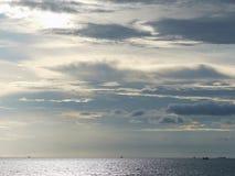 Bewolkte hemel en oceaan Royalty-vrije Stock Afbeeldingen