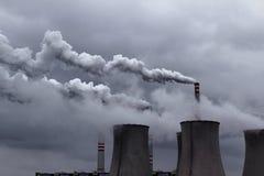 bewolkte hemel met de rokende post van de machtssteenkool Stock Fotografie