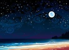 Bewolkte hemel met volle maan, strand en overzees Stock Afbeeldingen