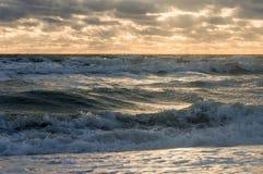 Bewolkte hemel met zonlicht en een mooi onweer stock foto