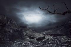 Bewolkte hemel op de achtergrond van de rotsberg Stock Foto