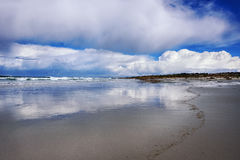 Bewolkte hemel op het strand Royalty-vrije Stock Foto's