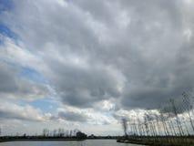 Bewolkte hemel op meer in de herfst in Iran stock fotografie
