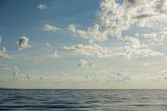 Bewolkte Hemel op turkooise tropische paradijsoverzees Stock Afbeelding