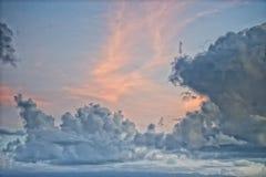 Bewolkte Hemel op turkooise tropische paradijsoverzees Stock Afbeeldingen
