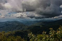 Bewolkte hemel over berg Royalty-vrije Stock Afbeelding