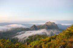 Bewolkte hemel over de bergen, (Doi Luang Chiang Dao, Chiang Mai, Thailand) Royalty-vrije Stock Afbeeldingen