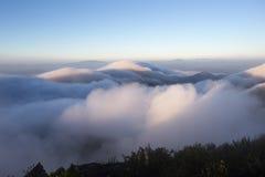 Bewolkte hemel over de bergen, (Doi Luang Chiang Dao, Chiang Mai, Thailand) Royalty-vrije Stock Foto's