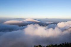 Bewolkte hemel over de bergen, (Doi Luang Chiang Dao, Chiang Mai, Thailand) Royalty-vrije Stock Fotografie