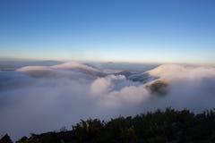 Bewolkte hemel over de bergen, (Doi Luang Chiang Dao, Chiang Mai, Thailand) Stock Foto's