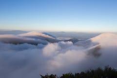 Bewolkte hemel over de bergen, (Doi Luang Chiang Dao, Chiang Mai, Thailand) Stock Fotografie