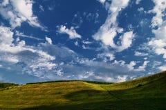 Bewolkte hemel over de heuvel in de zomer Stock Foto