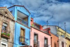 Bewolkte hemel over de kleurrijke voorgevels van Bosa Royalty-vrije Stock Afbeelding