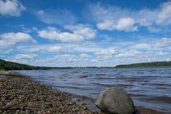 Bewolkte hemel over de rivier royalty-vrije stock foto's