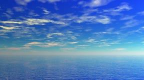 Bewolkte hemel over duidelijke blauwe overzees Stock Foto's