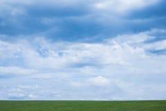 Bewolkte hemel over een groen weiland met exemplaarruimte Royalty-vrije Stock Afbeeldingen