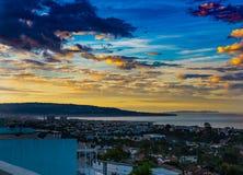 Bewolkte hemel over Hermosa-Strand bij dageraad royalty-vrije stock foto