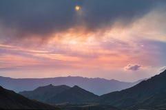 Bewolkte hemel vanaf bovenkant van onderstel Aso in Kumamoto, Japan Royalty-vrije Stock Fotografie