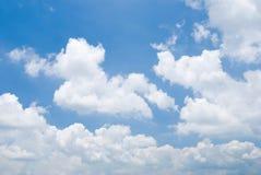Bewolkte hemel in zonnige dag Stock Foto's