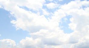 Bewolkte hemelachtergrond Stock Foto's