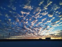 Bewolkte hemelachtergrond stock afbeeldingen