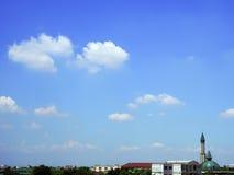Bewolkte hemelachtergrond met oude moslimmoskee in woon Royalty-vrije Stock Foto's