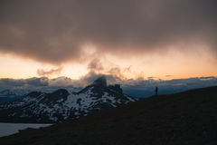 Bewolkte humeurige zonsondergang in sneeuwbergen boven Garibaldi Lake op Panoramarand royalty-vrije stock foto's