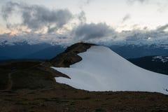 Bewolkte humeurige zonsondergang in sneeuwbergen boven Garibaldi Lake op Panoramarand royalty-vrije stock afbeeldingen