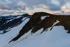 Bewolkte humeurige zonsondergang in sneeuwbergen boven Garibaldi Lake op Panoramarand royalty-vrije stock afbeelding