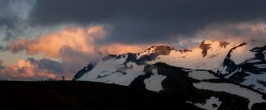 Bewolkte humeurige zonsondergang in sneeuwbergen boven Garibaldi Lake op Panoramarand stock foto's
