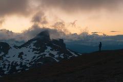 Bewolkte humeurige zonsondergang in sneeuwbergen boven Garibaldi Lake op Panoramarand Stock Fotografie
