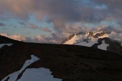 Bewolkte humeurige zonsondergang in sneeuwbergen boven Garibaldi Lake op Panoramarand stock afbeeldingen
