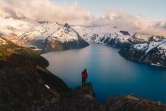 Bewolkte humeurige zonsondergang in sneeuwbergen boven Garibaldi Lake op Panoramarand royalty-vrije stock foto