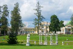 Bewolkte juli-dag in een oude Russische manor Maryino Tosnodistrict, het gebied van Leningrad, Rusland stock afbeelding