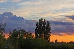Bewolkte kleurrijke zonsondergang Royalty-vrije Stock Fotografie
