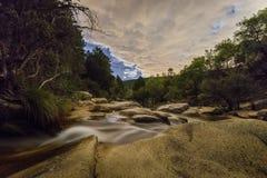 Bewolkte nacht in de rivier stock foto's