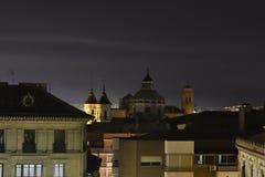 Bewolkte nacht in Granada met de koepel van de basiliek stock foto