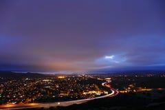 Bewolkte Nacht in Simi Valley California In de voorsteden Stock Foto