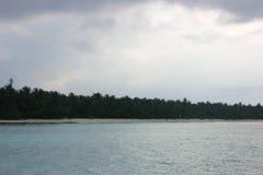 Bewolkte ochtend Mening over de Eilanden van de Maldiven van vliegtuig Stock Foto's