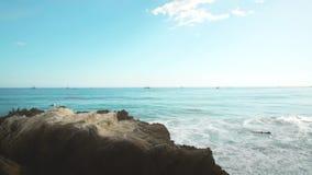 Bewolkte stranddag en verre boten stock footage