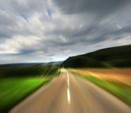 Bewolkte weg stock afbeeldingen