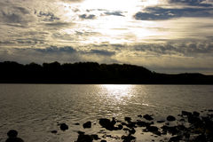 Bewolkte zonsondergang Stock Foto's